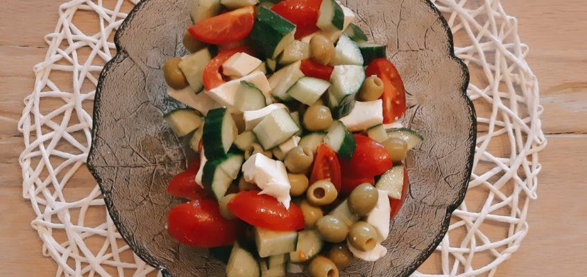 Gemischter Salat mit Mozzarella light und Oliven